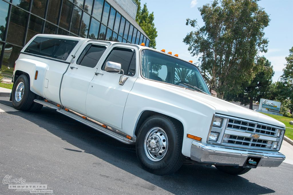 White Chevy C3500 dually 1
