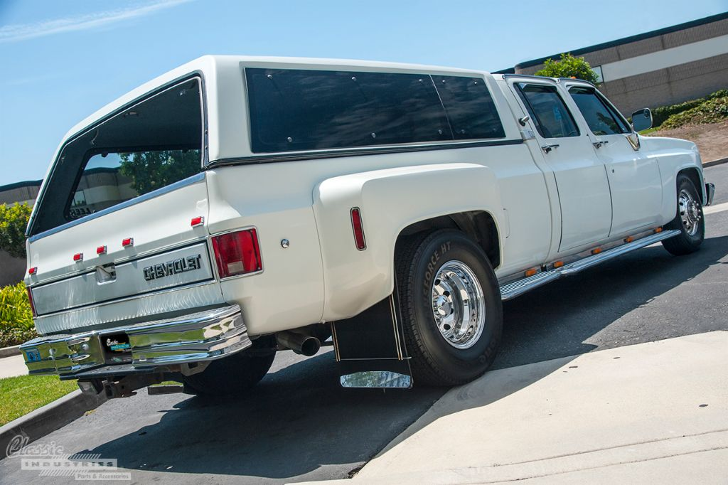 White Chevy C3500 dually 2