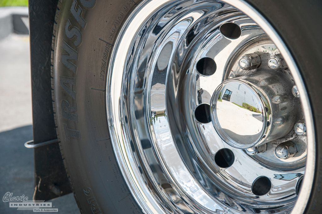 White Chevy C3500 dually 3