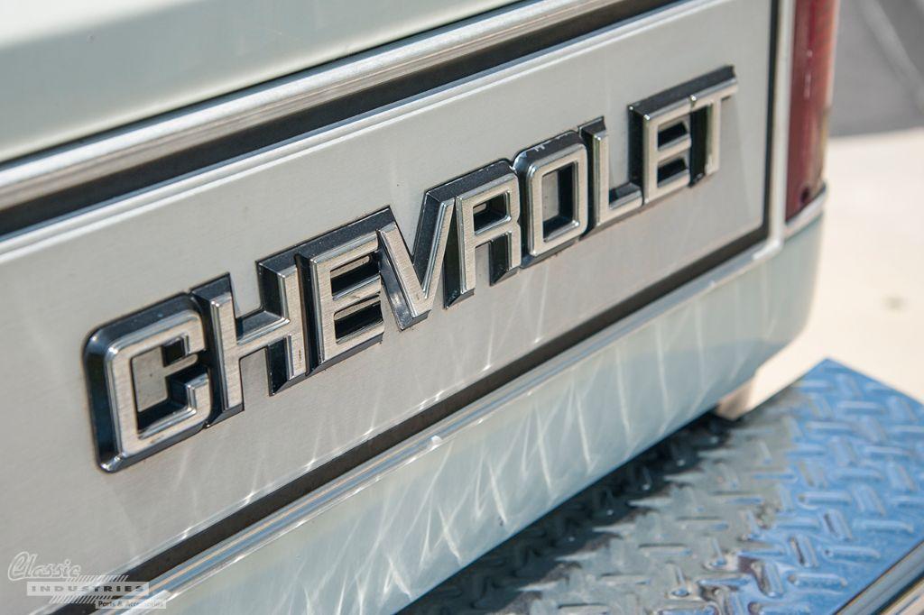 White Chevy C3500 dually 4